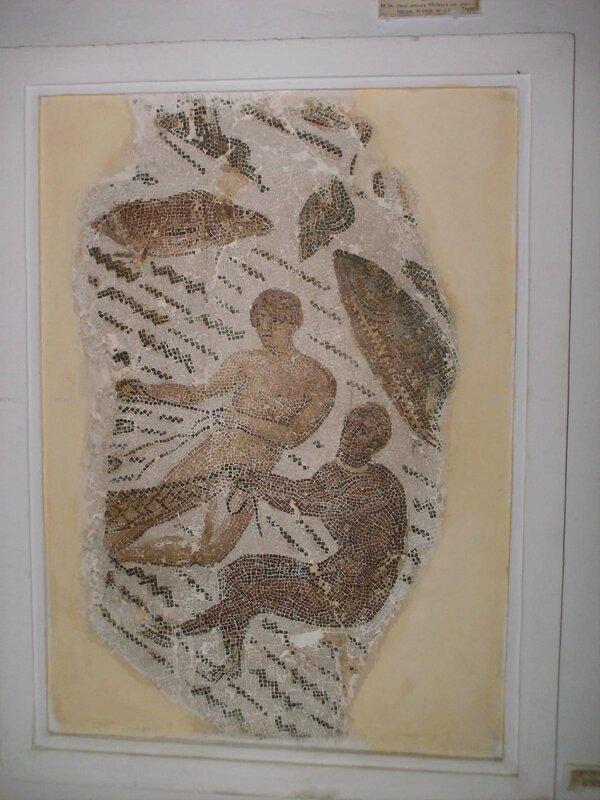 deux pecheurs tirant un filet partie d'une grande mosaique circulaire rotonde du firigidarium des grands thermes de thyna fin du 2ème siècle sfax