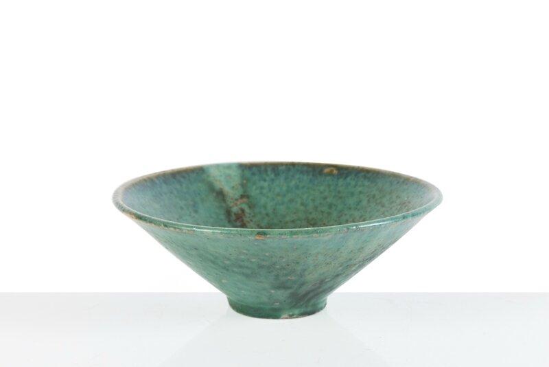 Bol de forme tronconique en grès émaillé bleu lavande, Vietnam, Biên Hoà, Début XXe siècle