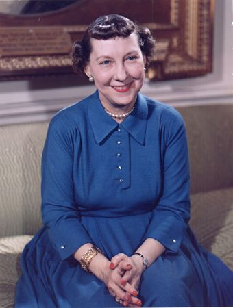 Mamie_Eisenhower_color_photo_portrait__White_House__May_1954