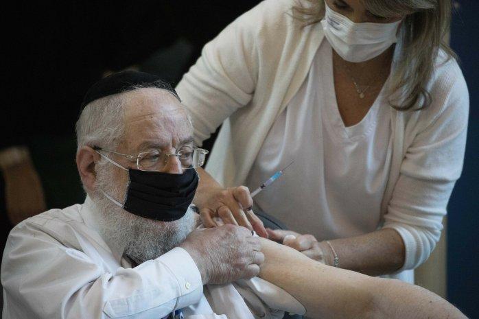 Israel comienza las vacunaciones en pleno pico de contagios