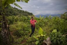 Glenda Herrera, de 34 años, acude al lugar donde estuvo su casa antes de ser destruída por un deslave tras el paso en noviembre de 2020 de los huracanes Eta e Iota en la comunidad de La Reina, Honduras, el martes 29 de junio de 2021. (AP Foto/Rodrigo Abd)