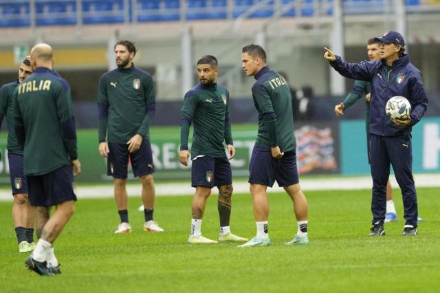 Italy's manager Roberto Mancini, right, gestures during a training session ahead of Wednesday's UEFA Nations League semifinal soccer match between Italy and Spain, at the Milan San Siro stadium, Italy, Tuesday, Oct. 5, 2021. (AP Photo/Antonio Calanni)