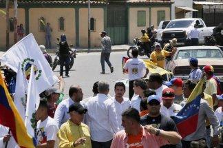 Socialist hardliner aims gun on Guaidó march in Venezuela