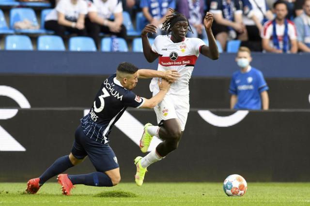 VfL Bochum 1848's Danilo Soares, left, challenges Stuttgart's Tanguy Coulibaly during their Bundesliga soccer match in Bochum, Germany, Sunday, Sept. 26, 2021. (Bernd Thissen/dpa via AP)