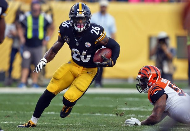 Le'Veon Bell runs the ball in a game against the Cincinnati Bengals in 2017.