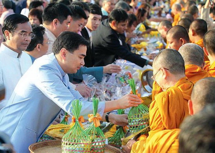 Dâng lễ cho các nhà sư ở Thái du lịch thái lan tự túc