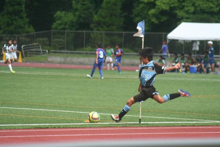 コーナーキックをける佐川選手