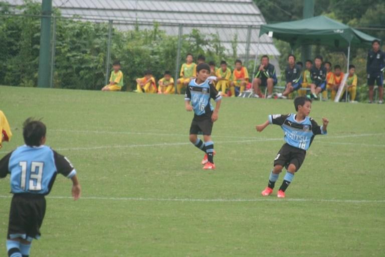 後半から出場の城田選手(右)と松長根選手