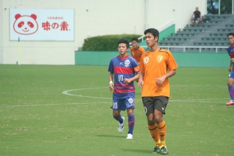 中央の10番三島選手と長谷川選手