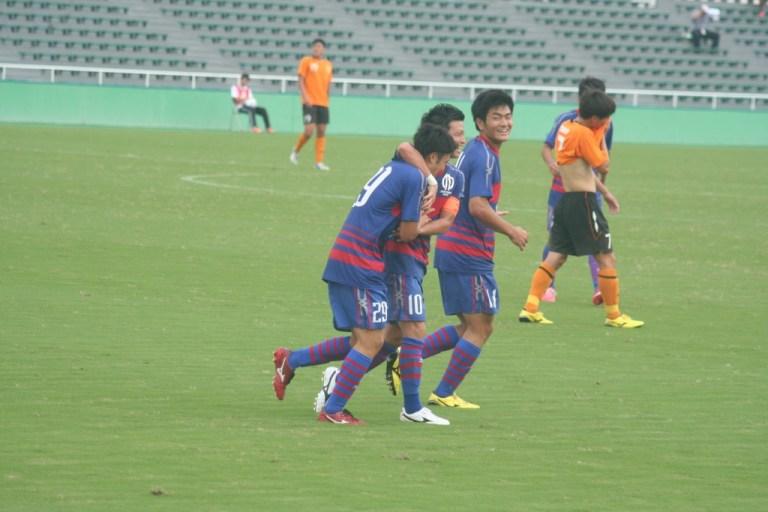名古選手のゴールを祝福する長谷川選手と米田選手