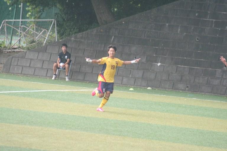先制点を決めて誇らしげな慶應松木駿之介選手