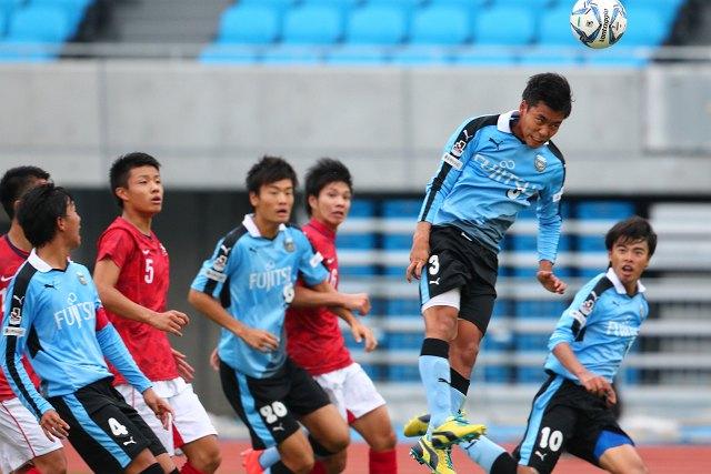 セットプレーから島崎選手がゴールを狙う