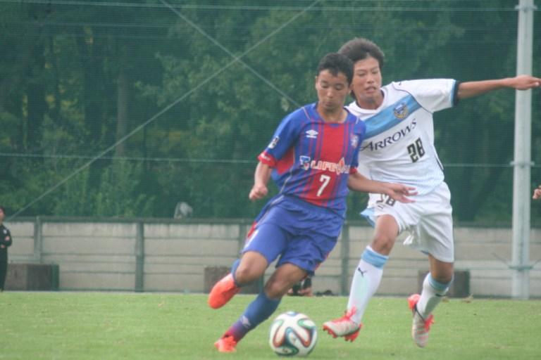 ボールをめぐるせめぎあい、フロンターレU-15中島大成選手とFC東京U-15深川の芳賀日陽選手