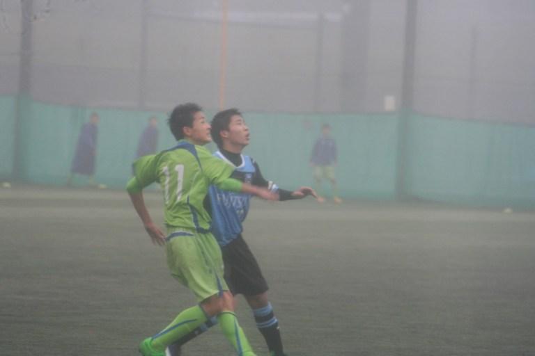 ボールを競り合う島崎元選手