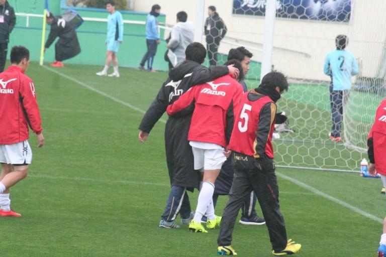 試合後、あいさつを終えて肩を抱かれる太田賢吾選手