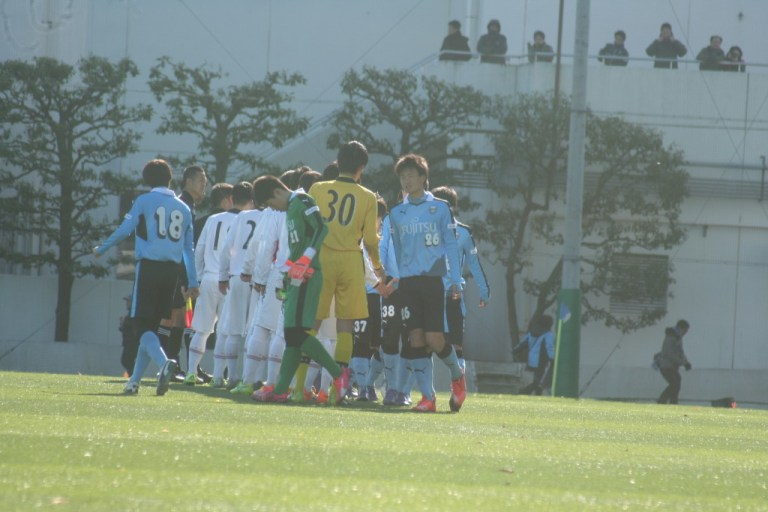 試合前に握手をかわすフロンターレとコンサドーレの選手たち