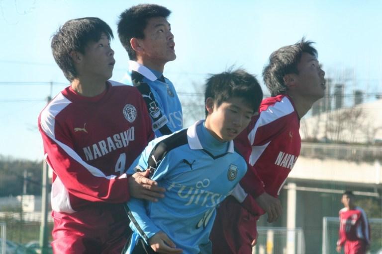 コーナーキックで競り合う大曽根広汰選手㊥と養日幹大選手