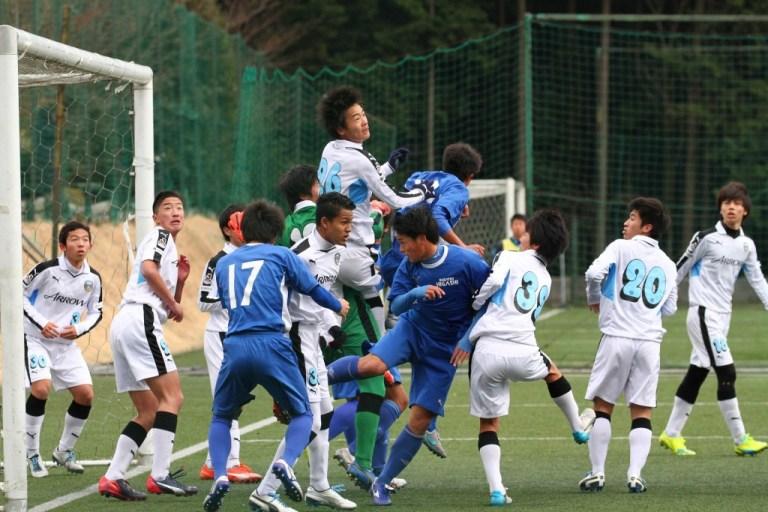 草津東もセットプレーからゴールを狙う