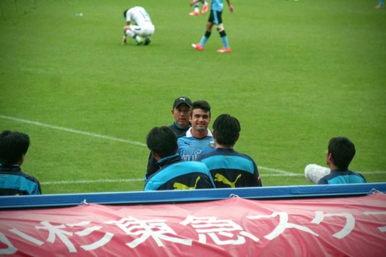 等々力でのガンバ大阪戦で交代で呼ばれたものの試合が終わってしまい、出場ならず苦笑いするアルトゥール・マイア