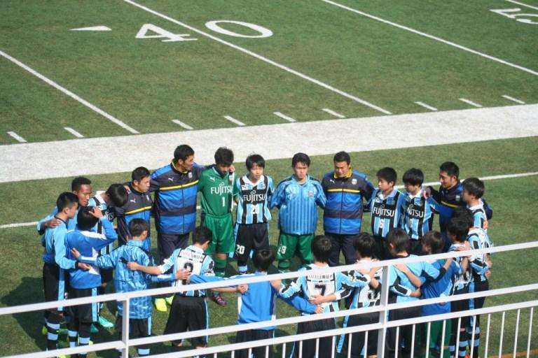 試合を前に円陣を組むフロンターレの選手たち