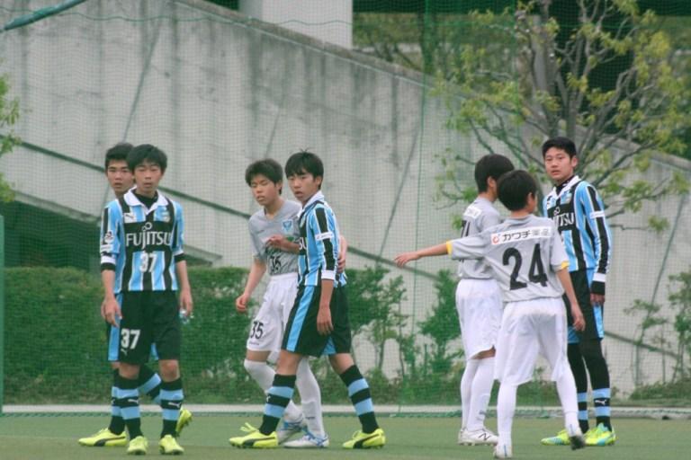 コーナーキックからゴールを狙う神橋良汰、橋本結人、平田流衣、内海太瑚の4選手(右から)