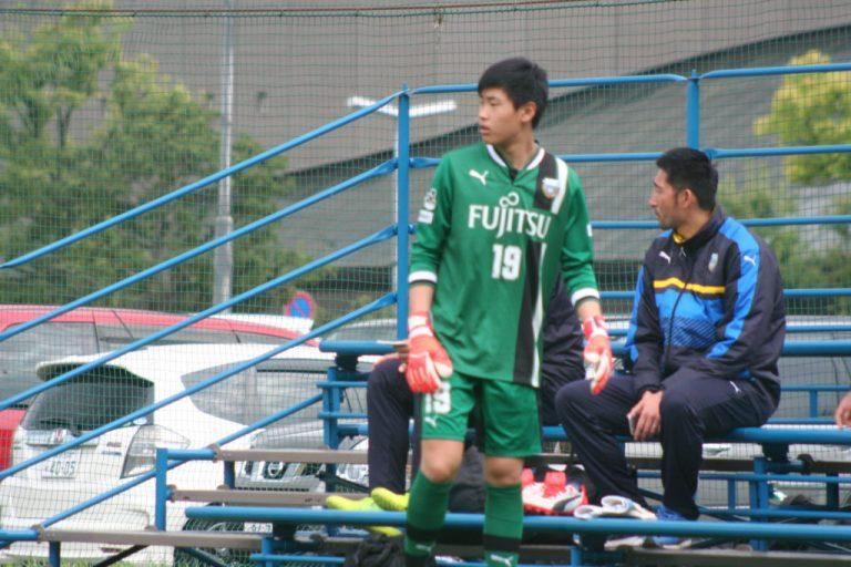 GK韓東焌選手㊧とフロンターレU-15の鈴木洋平GKコーチ