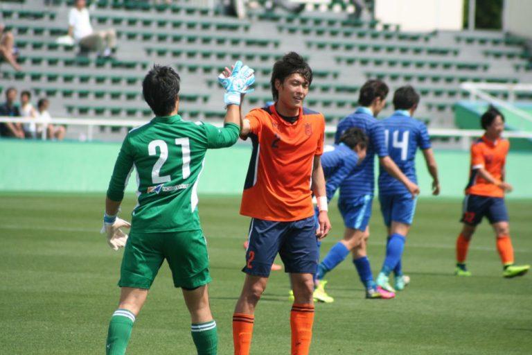 勝利を喜ぶ山田将之選手。FC東京の特別指定選手