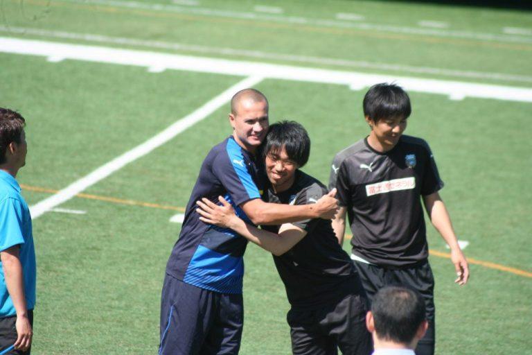 チームメートのひとりひとりにあいさつ。吉田勇樹さんとハグする