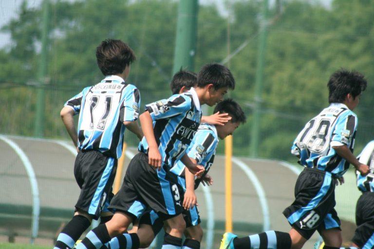 同点ゴールを決めた鈴木大登選手に選手たちが駆け寄る