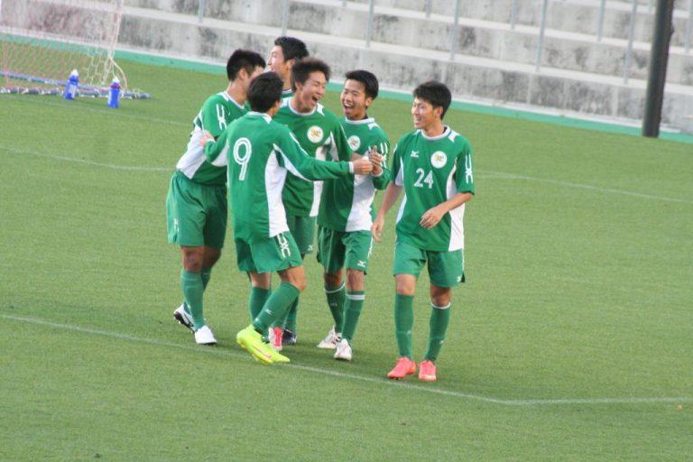喜ぶ大阪体育大の選手たち