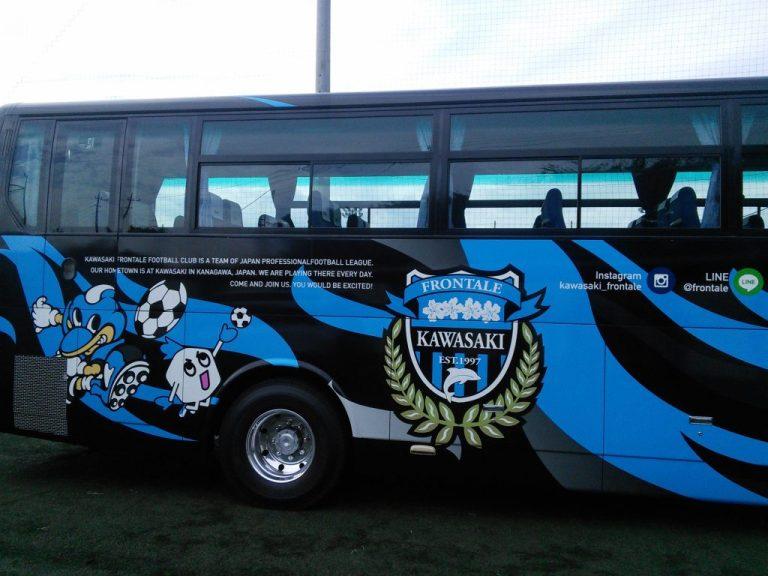 前日トップチームの鹿島アントラーズ戦でカシマサッカースタジアムへ行ったフロンターレの選手バスはこの日は前橋育英高崎グラウンドに