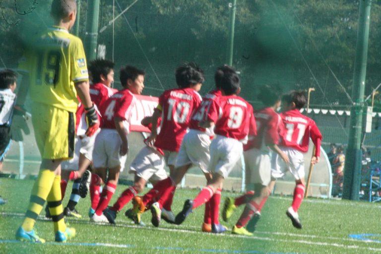 喜ぶ富士見台FCの選手たち