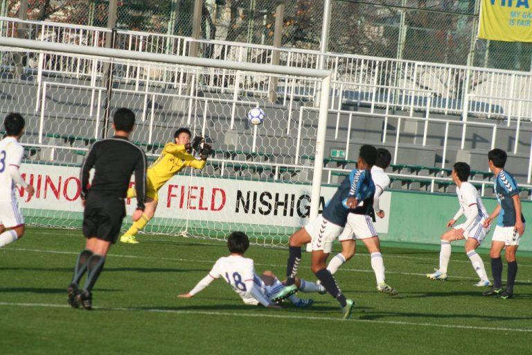 栗田マーク選手のシュートは枠内をとらえるが美野佑太選手が対応