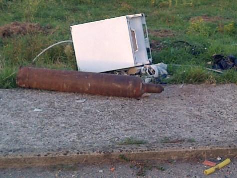 Foto R -Materiale abbandonao accanto al cassonetto-3.9.2015 ore 07.05 Via Funaioli
