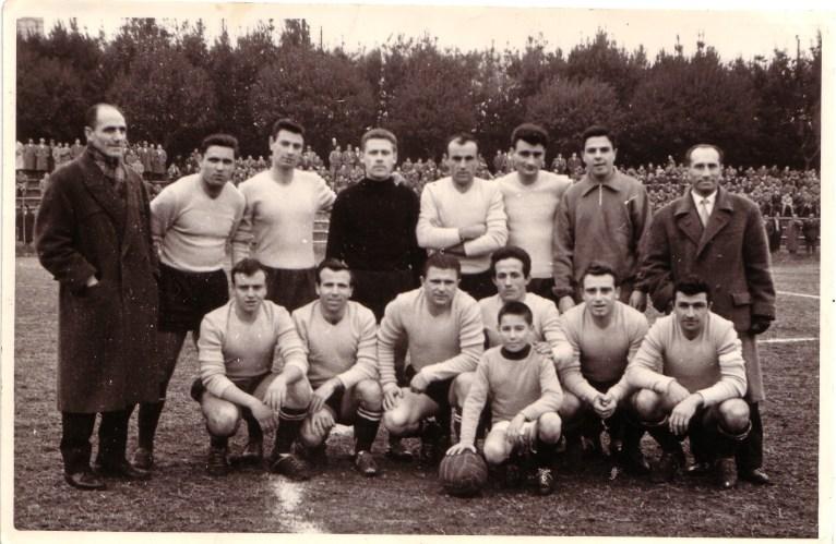 Puskas (terzo da sinistra, fila in basso) con la maglia del Signa