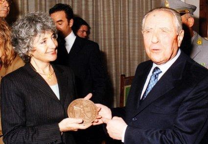 consegna moneta da un euro a ciampi