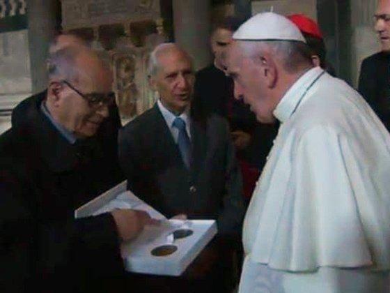 consegna della medaglia della picchiani e barlacchi a papa francesco
