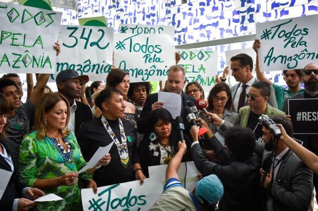 Artistas e ativistas em protesto no Congresso Nacional pela defesa da Amazônia