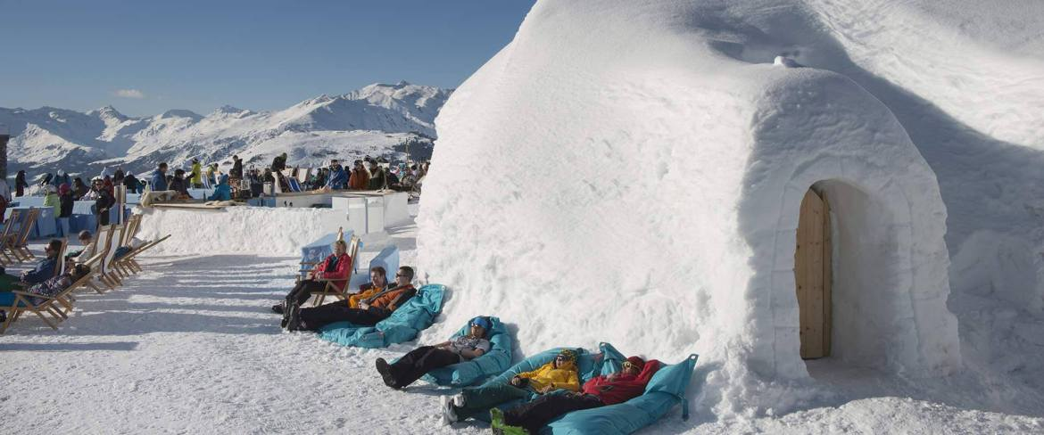 skiers relax in the sun in mayrhofen