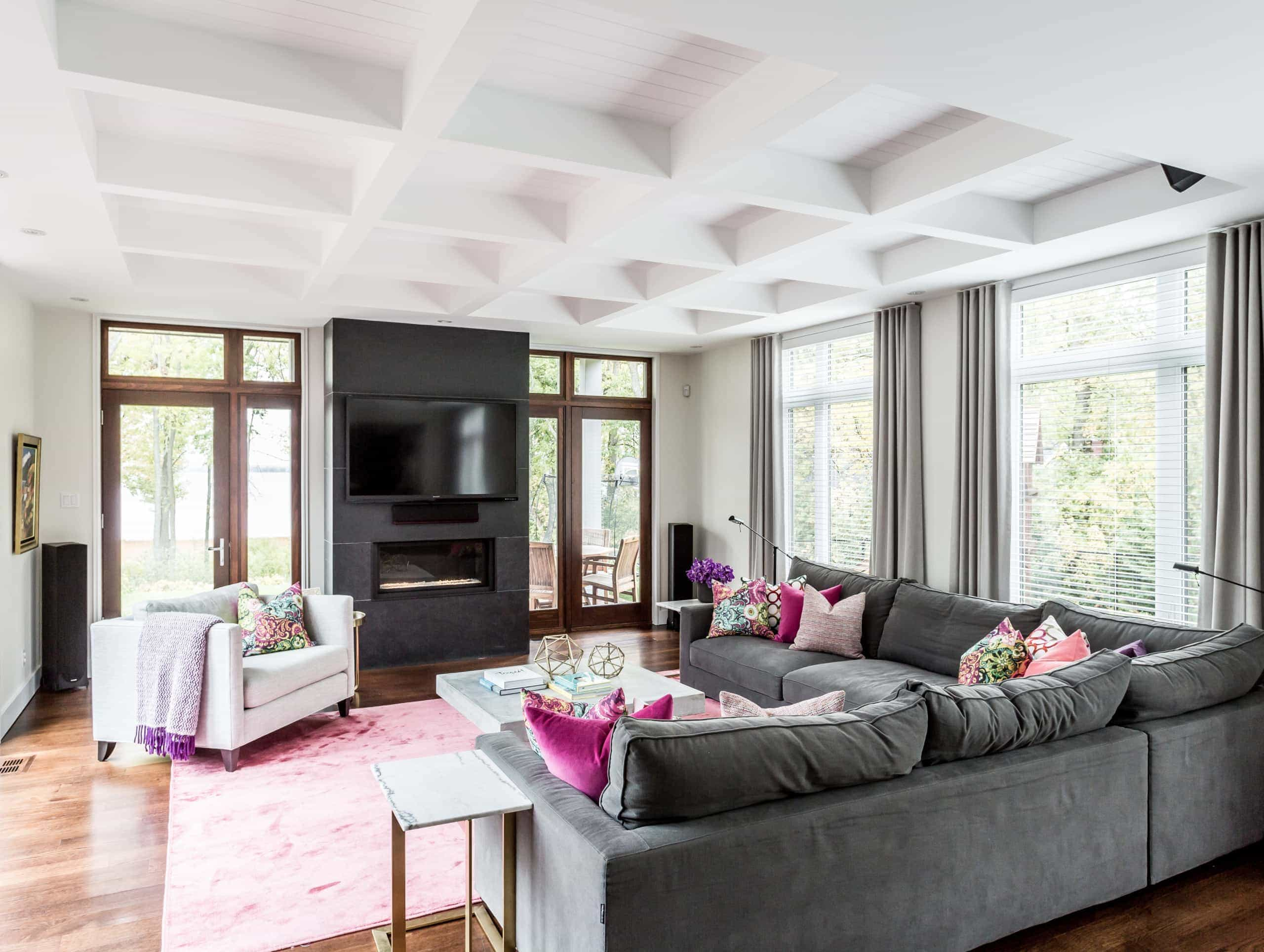 Large living room with a pink carpet