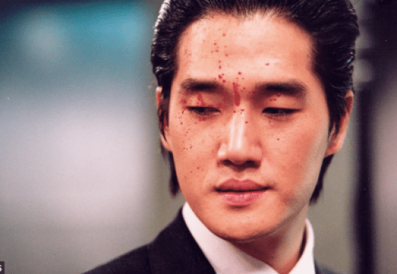 Lee Woo-jin acting as a personified prophecy in the Greek Myth Oedipus.