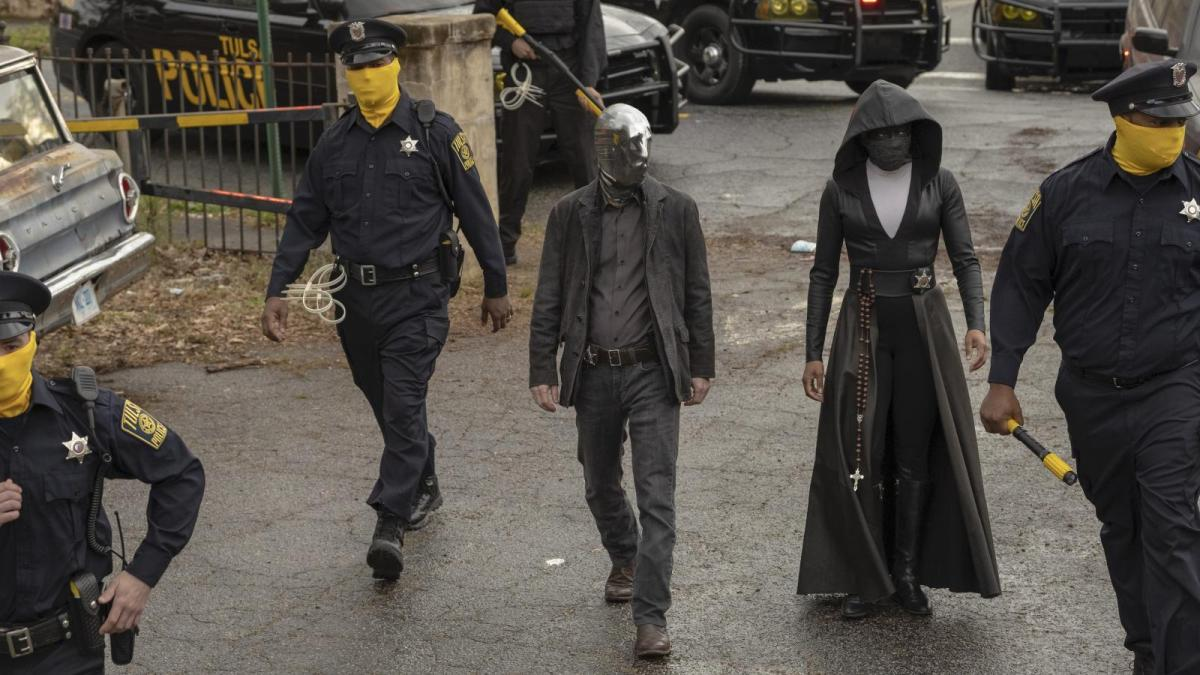 Looking glass, the police of Tulsa, and Angela Abar investigating a death in Watchmen.