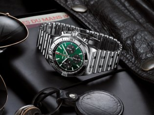 07_chronomat-b01-42-bentley-with-a-green-dial-and-black-contrasting-chronograph-counters