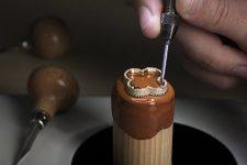 Setting the diamonds on the watch's bezel