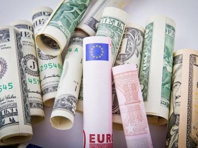Dólar encerra em queda e registra menor valor em cinco meses