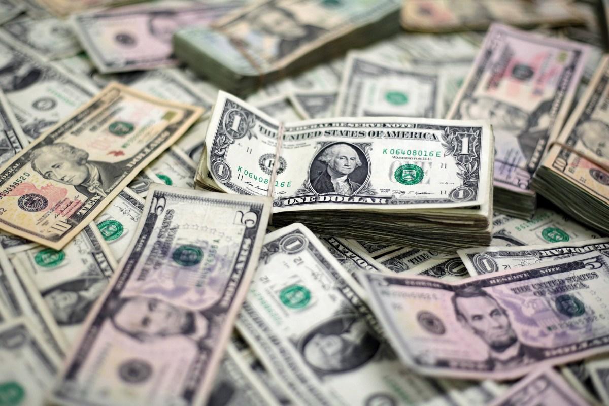 Dólar mantém alta e bate R$ 4,12 mesmo com intervenção do BC; entenda o porquê