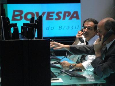 O Ibovespa fechou as cotações desta segunda-feira (15) com uma leve variação negativa.