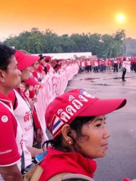 """Une manifestante pro-Thaksin : sur sa casquette on peut lire """"je regrette Thaksin"""""""