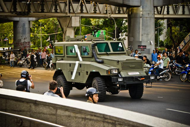 Un vehicule de l'armee thailandaise patrouille dans le quartier de Sala Deng