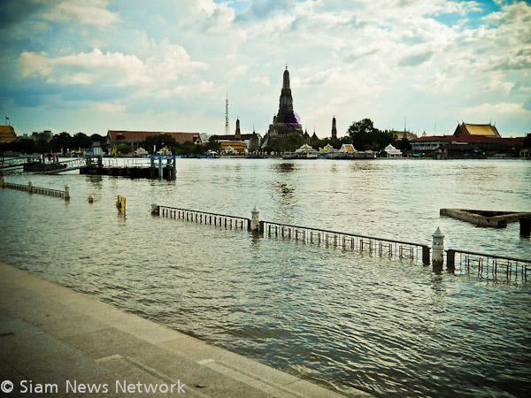 Les rive du fleuve Chao Phraya à Bangkok en face du temple Wat Arun le 29 octobre 2011